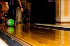 Männliche Beine und Bowlingkugel stockfotografie