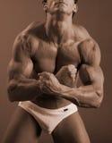 Männliche Bodybuilderbefestigungsklammerhaltung stockbild