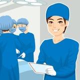 Männliche chirurgische Krankenschwester With Tablet Lizenzfreies Stockbild