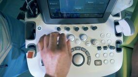 Männliche DoktorDruckknöpfe auf einem Ultraschallgerät, Draufsicht stock video