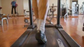 Männliche Füße, die auf die Tretmühle gehen stock video