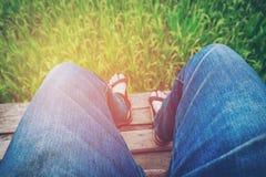 Männliche Füße, die im Feiertag sich entspannen Stockfoto