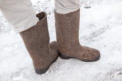 Männliche Füße mit russischen Graufilzstiefeln Stockfoto