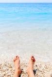 Männliche Füße und Sommermeer stockfotos