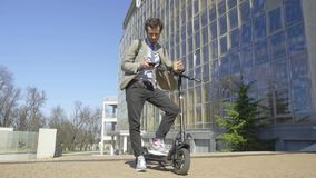 Männliche Fahrt auf Roller stock video