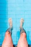Männliche Fahrwerkbeine im Pool Lizenzfreie Stockfotos