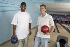 Männliche Freunde an der Bowlingbahn Lizenzfreies Stockfoto
