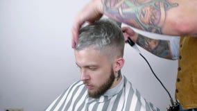 Männliche Frisur im Salon Mannhaartrockner im Friseursalon Friseur, der Haar mit Trockner anredet Endfrisur Getrennt auf weißem H stock video