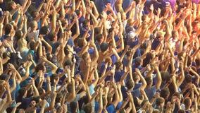 Männliche Fußballanhänger hoben Hände, organisiertes Klatschen, Beifall für Nationalmannschaft an stock footage