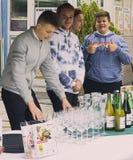 Männliche Gelehrte der Tourismusschule auf dort Getränkestand Lizenzfreie Stockfotos