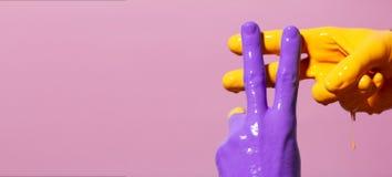Männliche Hände in der Farbe kreuzten in einem hashtag Zeichen auf einem farbigen Hintergrund, kreative Werbung, Konzept der sozi lizenzfreie stockfotografie