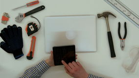 Männliche Hände des Architekten unter Verwendung der digitalen Tablette im Büro stock footage