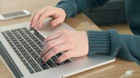 Männliche Hände, die auf Laptoptastatur schreiben stock video
