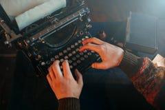 Männliche Hände, die auf Retro- Schreibmaschine schreiben Lizenzfreie Stockbilder