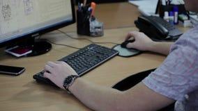 Männliche Hände, die auf Tastatur schreiben stock video