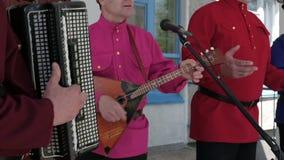 Männliche Hände, die das Akkordeon und die Balalaika spielen stock footage