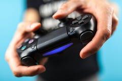 Männliche Hände, die einen Prüfer PS4 halten stockfotos