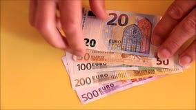 Männliche Hände, die Eurobanknoten nehmen stock video