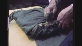 Männliche Hände, die Fallschirm falten stock footage