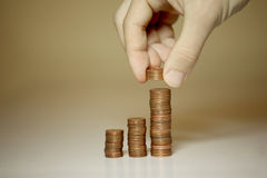 Männliche Hände, die Geld stapeln Stockfotos