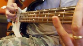 Männliche Hände, die Gitarre spielen stock video