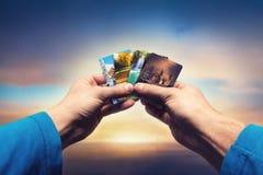 Männliche Hände, die Jahreszeitkarten lolding sind Lizenzfreies Stockfoto