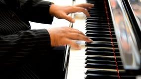 Männliche Hände, die Klavierschlüssel spielen stock video footage