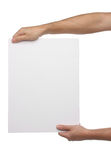 Männliche Hände, die leeres Papier lokalisiert halten Stockbild