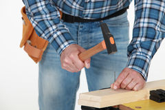 Männliche Hände, die Nagel hämmern Lizenzfreies Stockbild