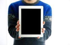 Männliche Hände, die Tablet-Computer-Schirm zeigen Stockfotografie