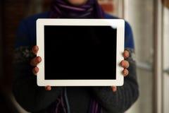 Männliche Hände, die Tablet-Computer-Schirm zeigen Stockfotos