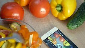 Männliche Hände, die zu Hause Küche des Salats kochen Junger Mann, der Gemüsemahlzeit vorbereitet und nahes hohes des Smartphone  stock video footage