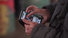 Männliche Hände halten Minitablette mit Fall und Hähne auf seiner Notenanzeige stock video
