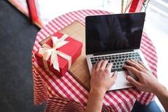 Männliche Hände mit Laptop Lizenzfreies Stockbild