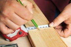 Männliche Hände mit Machthaber- und Bleistiftnahaufnahme Stockbild