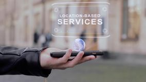 Männliche Hände stellen auf Smartphone Begriffs-Standort-ansässigen Dienstleistungen HUD-Hologramms dar stock footage