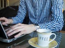 Männliche Hände unter Verwendung des Geschäftsdesktops des Laptops zu Hause Lizenzfreies Stockbild