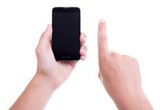 Männliche Hände unter Verwendung des intelligenten Mobiltelefons mit leerem Bildschirm lokalisierten O Lizenzfreie Stockfotografie
