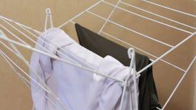 Männliche Hände, welche heraus die Kleidung im Trockner hängen Trocknen der gewaschenen Kleidung Ein Mann tut Hausarbeiten stock video