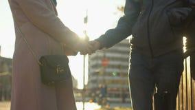 Männliche haltene weibliche Hand, die zart Verhältnis-Krise, -liebe und -vertrauen überwindt stock video