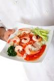 Männliche Hand des nepalesischen Chefs, orientalische Nahrungsmittelplatte Stockbild