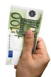 Männliche Hand, die 100 Euro anhält Stockfoto