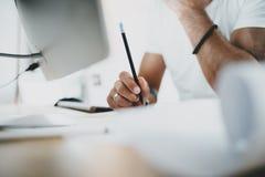 Männliche Hand, die auf Computertastatur schreibt Blogger, der am Studio beim Sitzen am Holztisch arbeitet horizontal verwischt Stockfotografie
