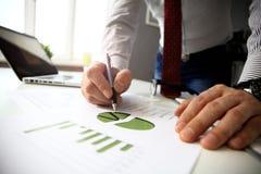 Männliche Hand, die auf Geschäftsdokument während der Diskussion bei der Sitzung zeigt Lizenzfreie Stockfotografie