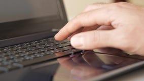 Männliche Hand, die auf Tastatur schreibt stock footage