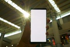 Männliche Hand, die den Smartphone hält Lizenzfreie Stockbilder