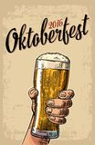 Männliche Hand, die ein Bierglas hält Weinlesevektor-Stichillustration für Netz, Plakat, Einladung zur Bierparteizeit zu Lizenzfreies Stockbild