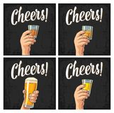 Männliche Hand, die ein Glas mit Bier, Rum, Tequila, Whisky hält lizenzfreie abbildung