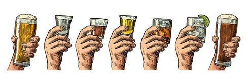 Männliche Hand, die ein Glas mit Bier-, Tequila-, Wodka-, Rum-, Whisky- und Eiswürfeln hält Lizenzfreies Stockfoto