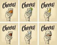 Männliche Hand, die ein Glas mit Gin, Rum, Tequila, Whisky hält lizenzfreie abbildung